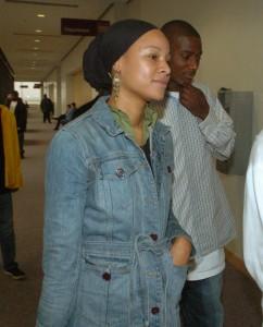 Jannah Bey enters courtroom Dec. 1, 2005 (BobLarson/ContraCostaTimes)
